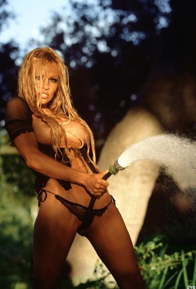 Памела Андерсон поливает огород 6 фото