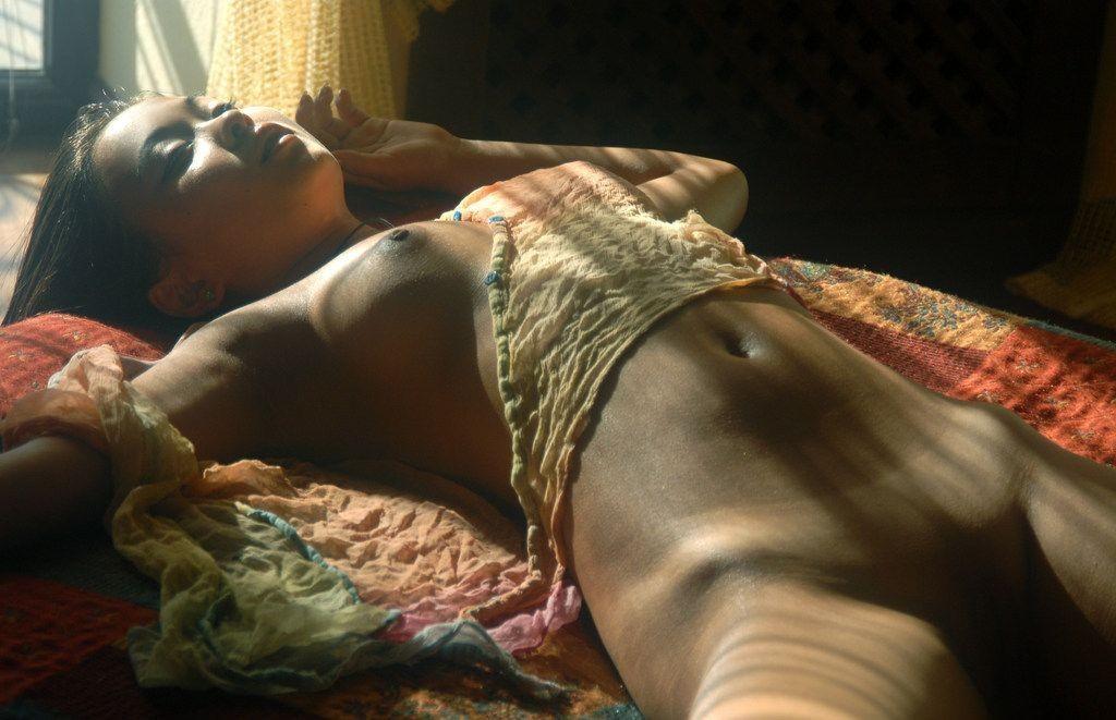 Негритянка голая спит