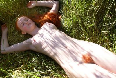 Рыжая голая спит на траве 7 фото