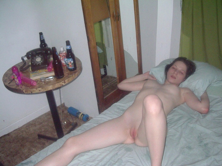 Пьяная полуспящая девушка