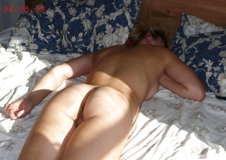 Женщина спит без одежды