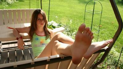 Девушка отдыхает в беседке с голыми ногами 2 фото