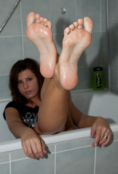 Голые ноги в ванной 23 фото
