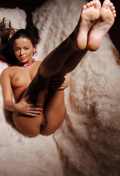 Высоко поднятые ноги голой девушки 8 фото