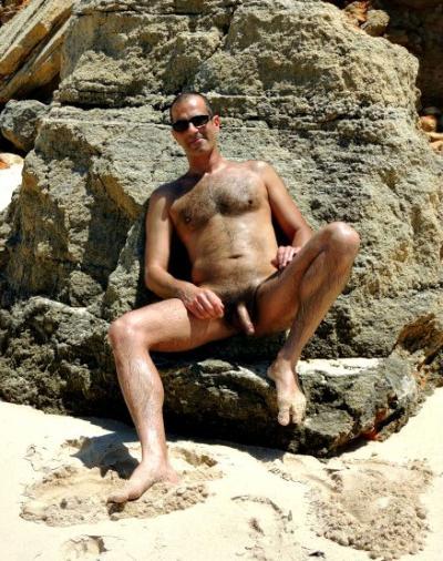 Голый волосатый мужик в очках на пляже 2 фото