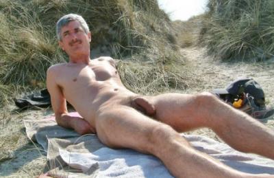 Взрослый голый мужик лежит на пляже 6 фото