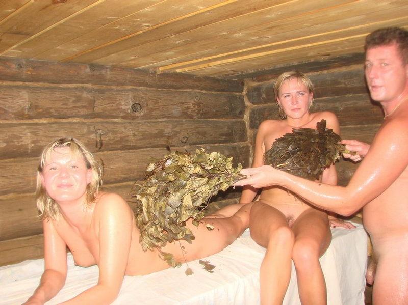 Мужик веником шлепает в бане голых баб