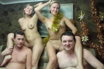 Две голые русские бабы залезли на мужиков 15 фото