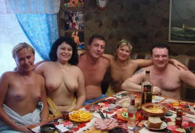 Голые русские мужики и бабы за столом после бани 11 фото