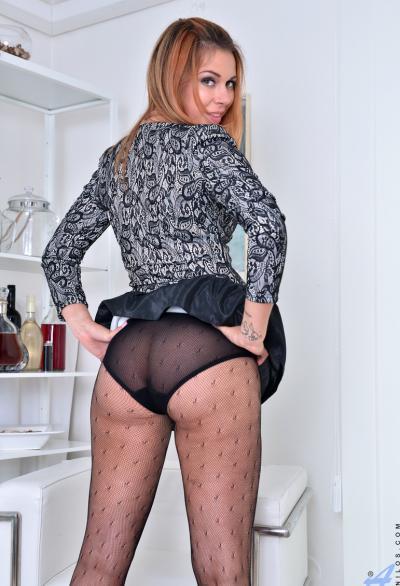 30 летняя женщина подняла юбку и показывает трусы 5 фото
