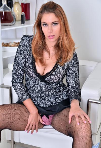 Сексуальная женщина в кресле раздвигает ноги 2 фото