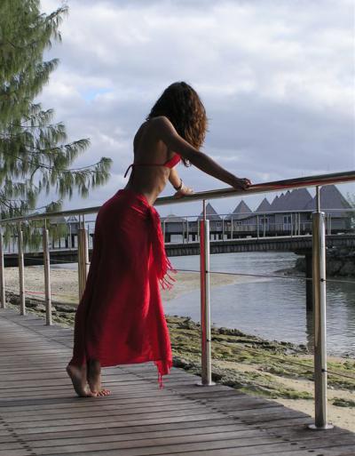 Девушка на отдыхе в красном платье 11 фото