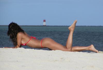 Лежит на песке у моря 18 фото