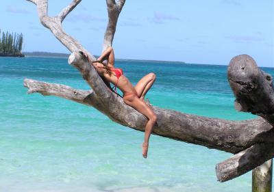 Стройная девушка на море 7 фото