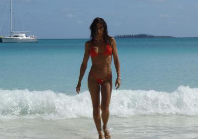 Стройная и серьезная девушка на море 8 фото