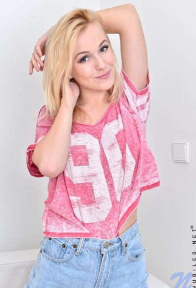 Молодая симпатичная блондинка 4 фото