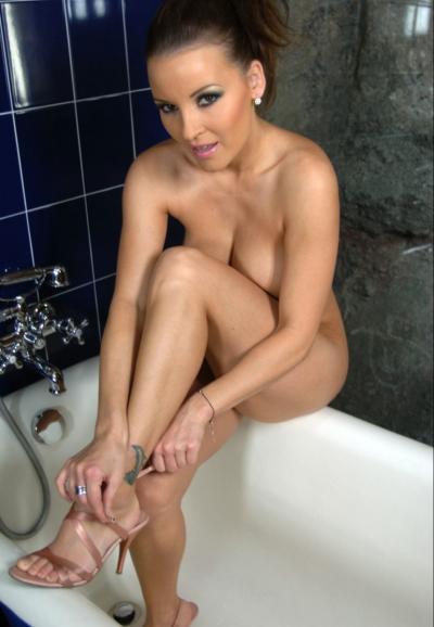Голая девушка сидит на ванне 2 фото