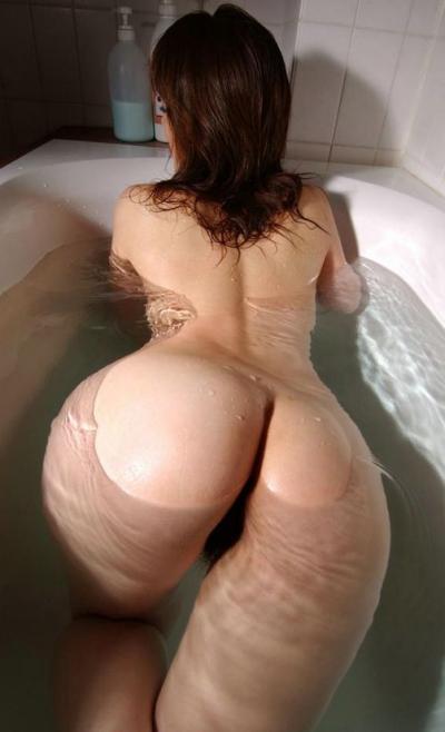Голая попа принимает ванну 31 фото