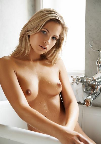 В ванной показала голую грудь 25 фото