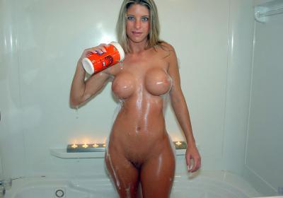 Женщина с большими стоячими сиськами в ванной 28 фото