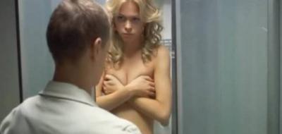 Маша прикрыла голую грудь — кадр из сериала 3 фото