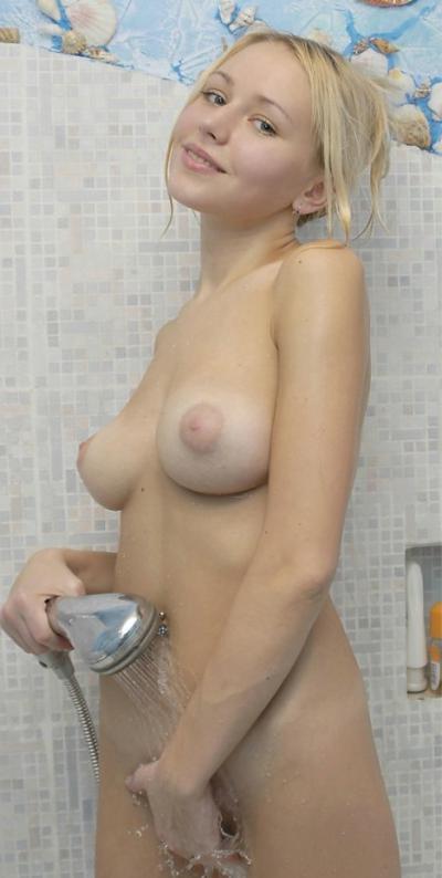 Блондинка хорошенько моет свою пизду 11 фото