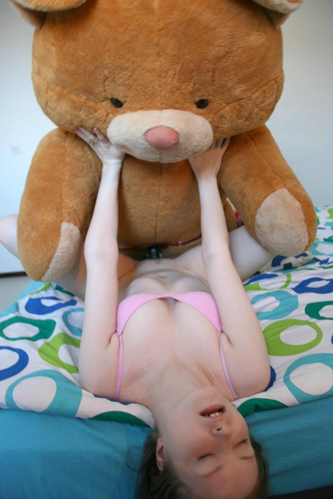 Мягкая игрушка трахает девушку