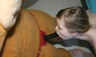 Девушка сосет у плюшевого медведя 5 фото