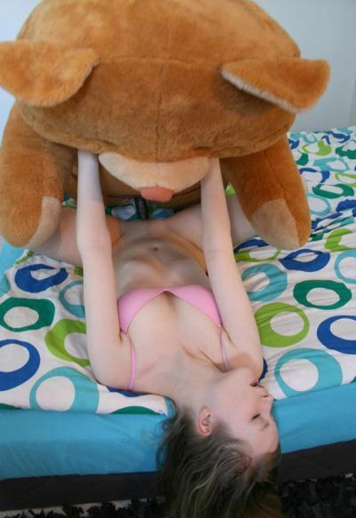 Молодую девушку трахает плюшевый мишка 11 фото