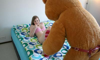Плюшевый медведь смотрит на девушку 2 фото