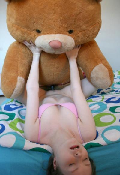 Плюшевый медведь трахает в пизду красотку 10 фото