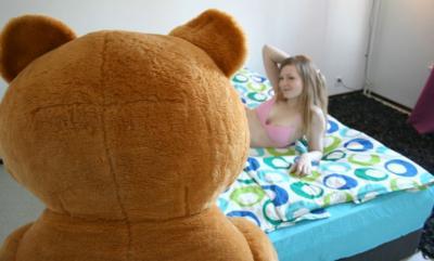 Плюшевый медведь зашел в комнату к девушке 1 фото