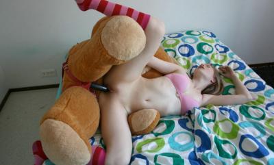 Секс на кровати с плюшевым медведем 9 фото
