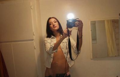 Селфи девушки со спускающимися джинсами 4 фото