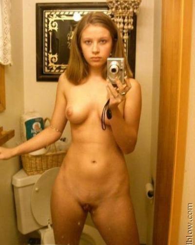 Селфи юной девушки в туалете 12 фото