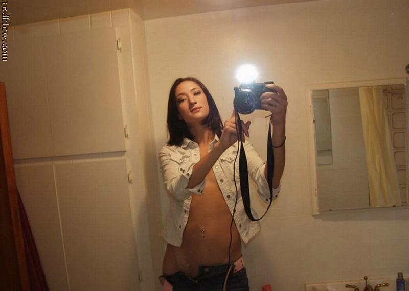 Селфи девушки со спускающимися джинсами