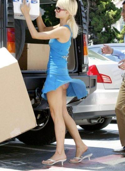 Ветер задирает платье девушки с коробкой в руках 6 фото