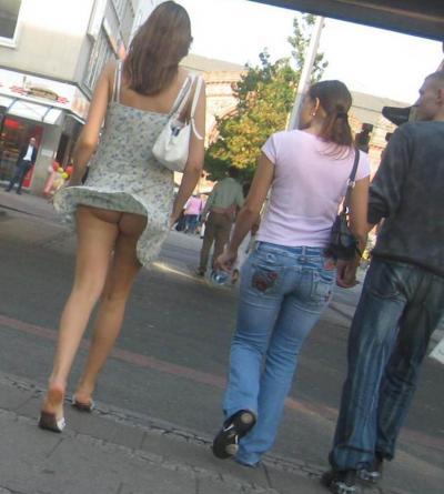 Ветер задрал платье девушки 1 фото