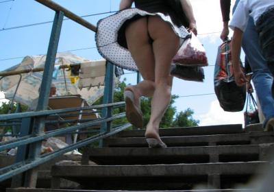 Ветер задрал платье, под которым большая жопа женщины 16 фото