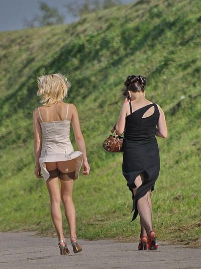 Ветер задрал платье худощавой девушки 17 фото