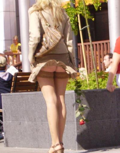 Ветер задрал платье женщины 7 фото