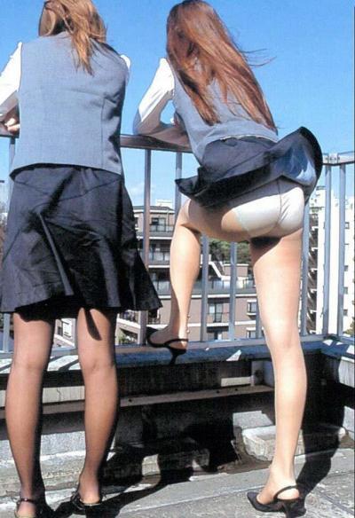 Ветер задрал юбку девушке 4 фото