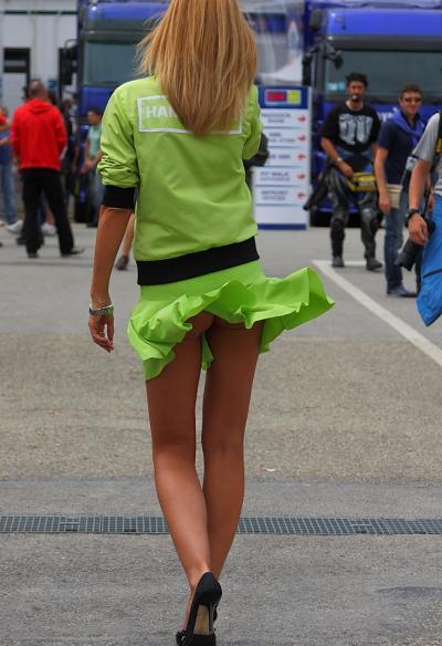 Ветер задрал зеленое платье девушки 14 фото