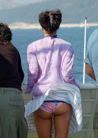 Задранная ветром юбка девушки у моря 23 фото