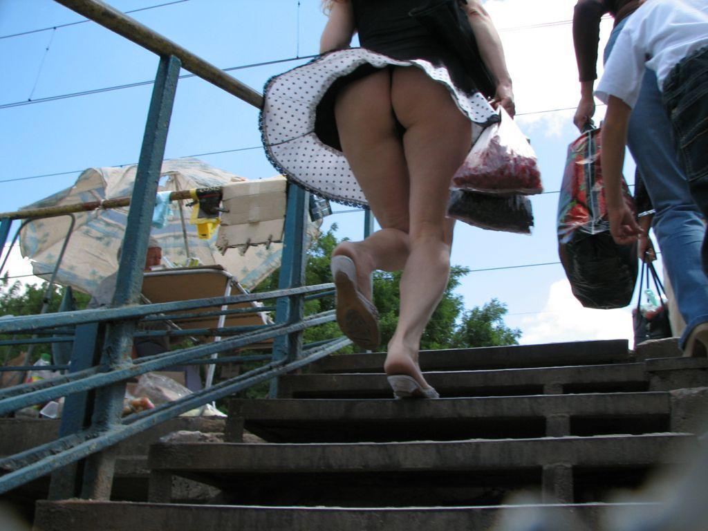 Видео на лестнице без трусов