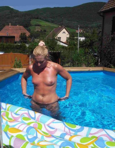 Зрелая жена с голой грудью в бассейне 5 фото