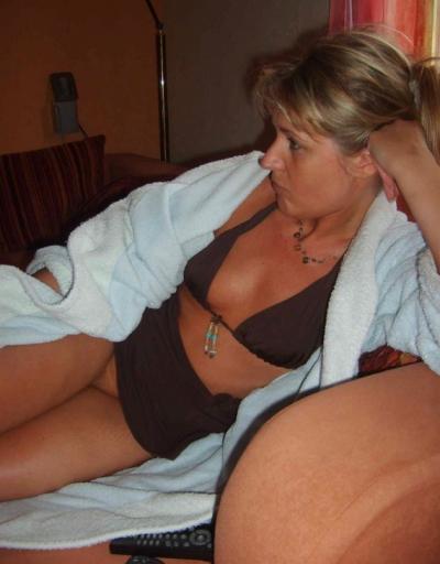 Зрелая жена в лифчике и без трусов 4 фото
