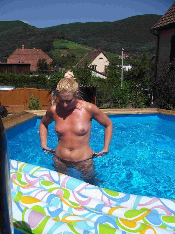 Зрелая жена с голой грудью в бассейне