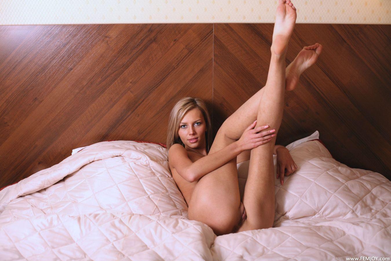 Я голая легла и ноги вверх подняла, Молодая девка разделась до гола и легла на пол 26 фотография