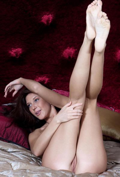 Девка с задранными ногами 8 фото
